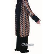 Longue robe avec un gilet marron assorti